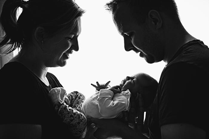 Silhoutette foto van ouders tijdens een newborn fotoshoot.
